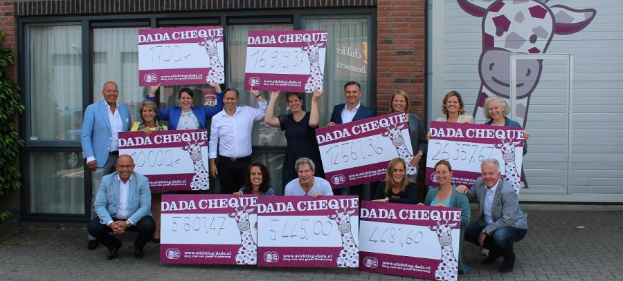Uitreiking cheques DaDa Run for Value 2018